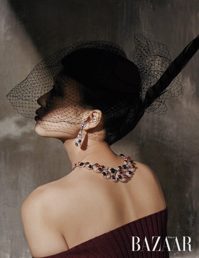 오프숄더 니트 드레스는 64만5천원으로 Time, 튤 장식의 페미닌한 모자는 18만9천원으로 Seven Sisters, 다양한 색감의 젬스톤이 다채롭게 세팅된 '컬러 트레져 하이주얼리 컬렉션' 목걸이와 귀고리는 모두 Bulgari 제품.