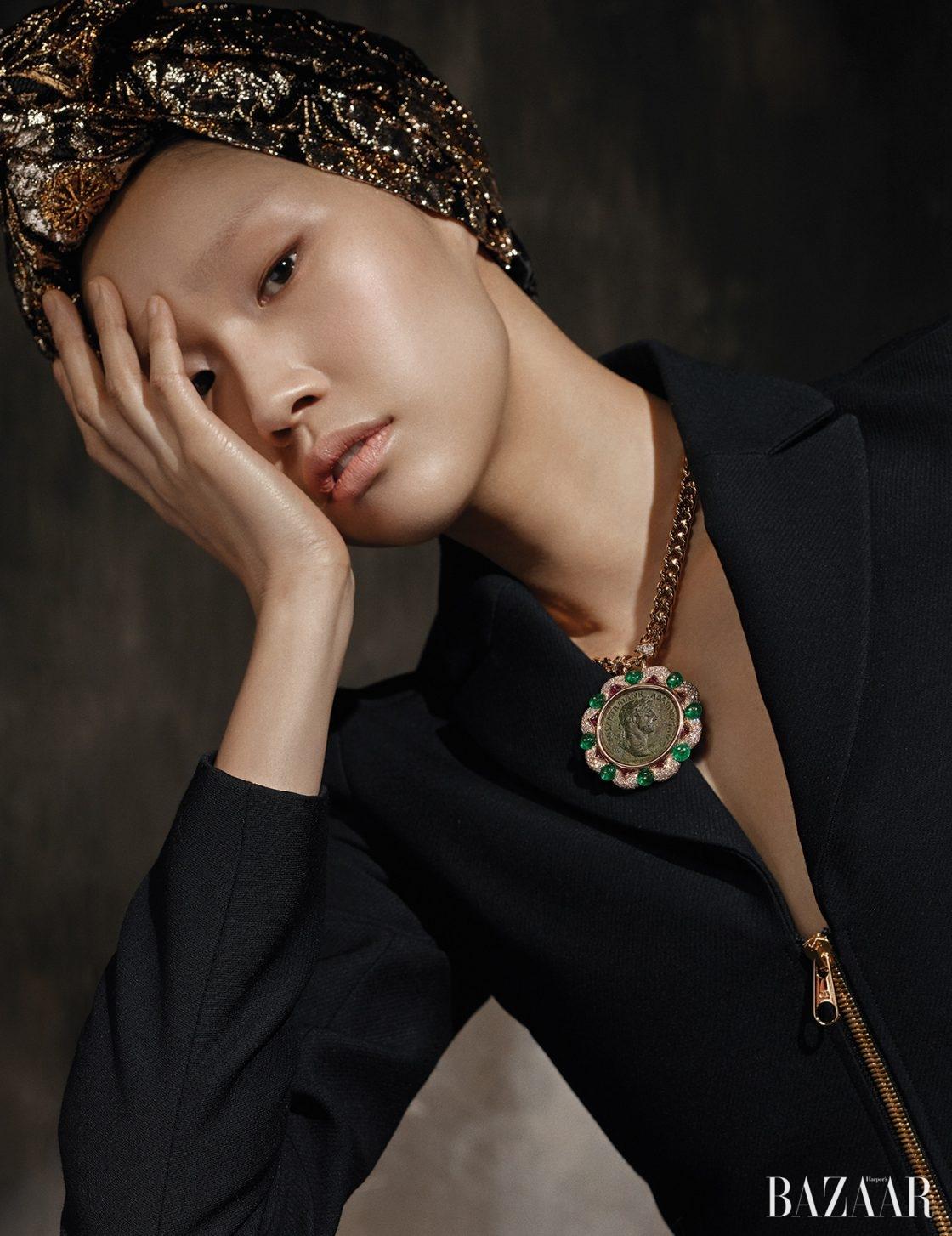 수트는 6백만원대로 Dior, 글로시한 자카드 헤드밴드는 1백12만원으로 Gucci, 신성함과 세속성, 과거와 현대가 동시에 공존하는 코인을 현대적으로 재해석한 '모네떼 하이주얼리 컬렉션' 목걸이는 Bulgari 제품.
