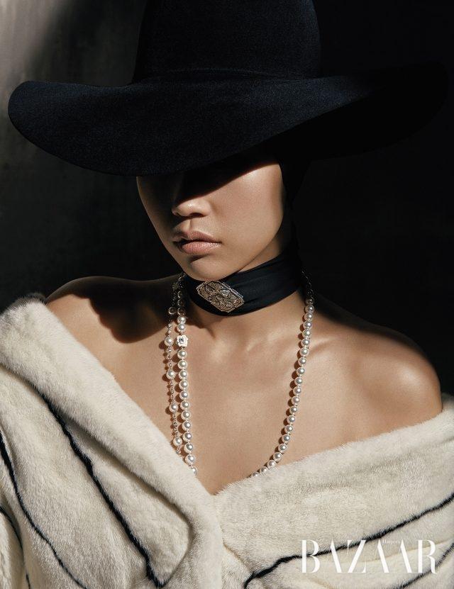 스트라이프 패턴의 밍크 코트는 6백만원대로 Refur, 챙이 넓은 모자는 60만원대로 Shinjeo, 진주와 다이아몬드가 믹스된 '라임라이트 엠브로이더리 모티브 펜던트' 롱 네크리스는 1억7천2백만원대로 Piaget, 블랙 스카프에 브로치로 연출한 '지아르디니 컬렉션'의 펜던트는 Bulgari 제품.