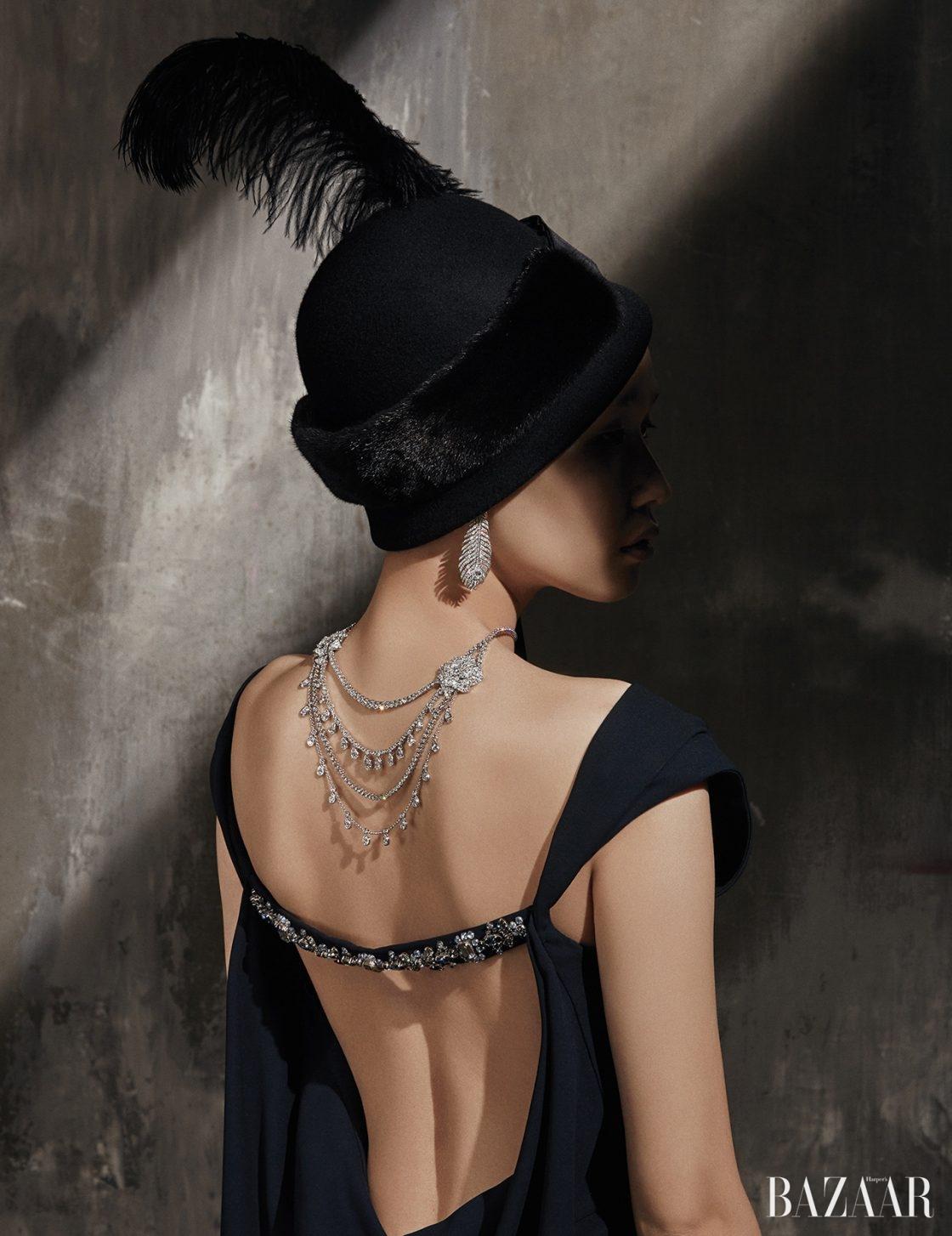 주얼이 장식된 백리스 드레스는 Dior, 빈티지한 형태의 모자는 18만9천원으로 Grillo & C by Seven Sisters, 모자 위에 장식한 밍크 장식의 롱 스카프는 32만5천원으로 Refur, 메종의 아이콘인 공작의 깃털을 형상화한 '플륌 드 펑' 귀고리는 Boucheron, 다이아몬드가 과감하게 세팅된 '메디터레이니언 가든 하이주얼리' 목걸이는 5억7천7백만원대로 Piaget 제품.