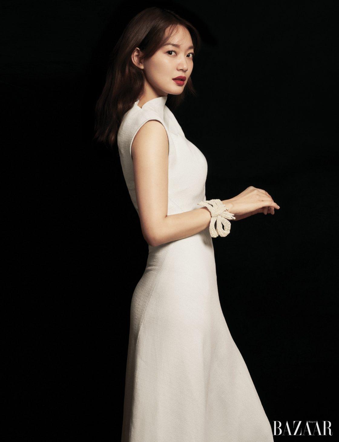 구조적인 컷아웃 디자인의 드레스는 Céline, 팔찌처럼 연출한 진주 액세서리는 Gucci 제품.