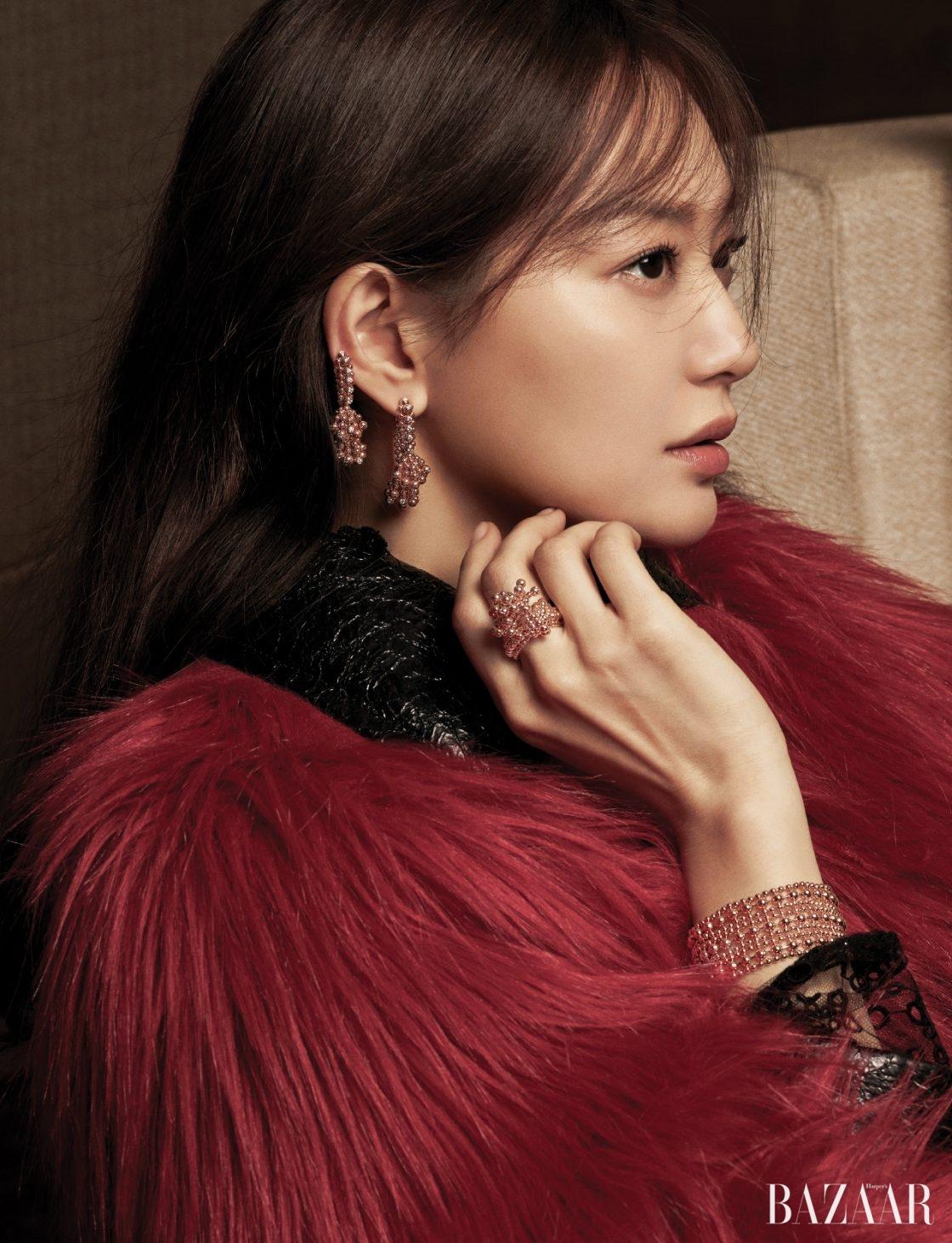 퍼 재킷은 4백53만원으로 Gucci, 레이스 드레스는 3백50만원으로 Burberry, 핑크 골드 비즈와 다이아몬드가 얽혀 있는 귀고리, 중지에 낀 반지, 핑크 골드 비즈가 연결된 팔찌는 모두 '파리 누벨바그' 컬렉션으로 Cartier 제품.