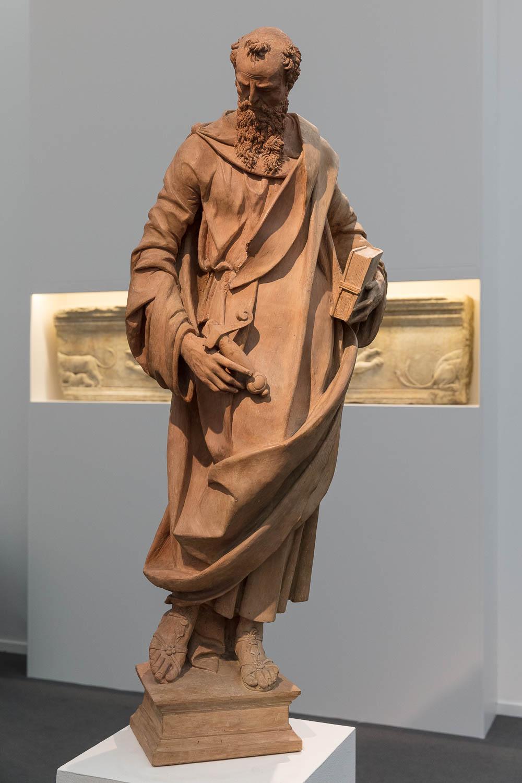 그리스 시대에 만들어진 조각에서 옷감의 섬세한 드레이프, 샌들의 아름다운 디테일, 헤어와 수염의 질감을 만끽할 수 있었습니다.