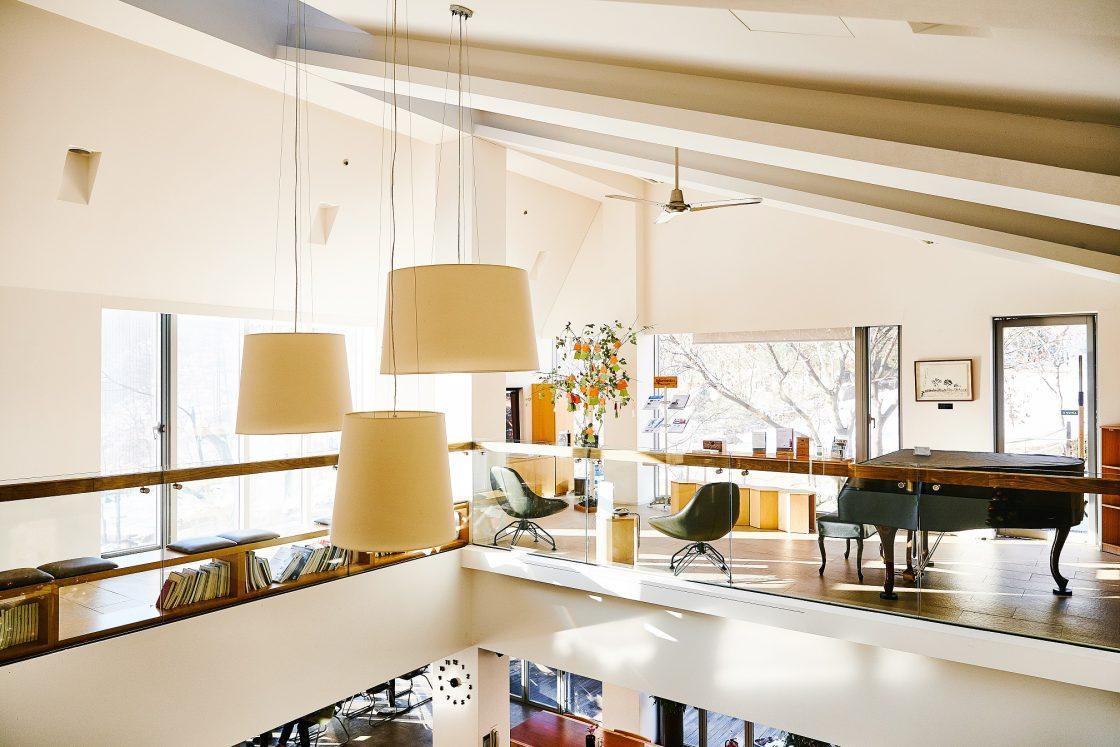비채식당 위로 올라가면 보이는 2층의 춘하서가와 피아노