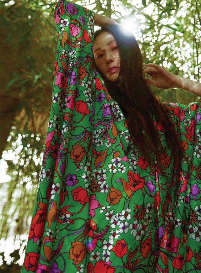 그래픽적인 플라워 패턴과 루스한 실루엣이 조합된 드레스는 가격 미정으로 Balenciaga 제품.
