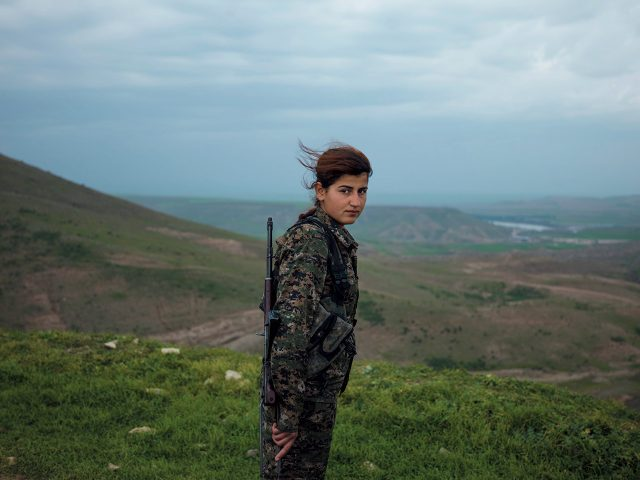 2015년 작 '외잘란의 천사(Öcalan's Angels)' 시리즈 중에서. Courtesy of Newsha Tavakolian / Magnum Photos