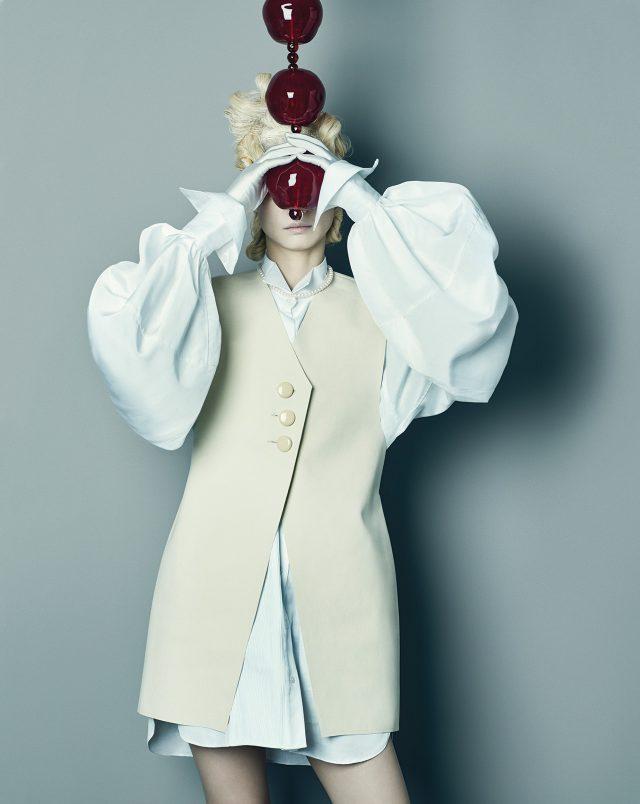 (작품) 장 미셸 오토니엘, 'The Rosary', 2012, Murano Glass, Steel, 122×10cm. (의상) 스웨이드 소재의 오버사이즈 베스트는 75만원으로 Jacquemus by Mue, 소매의 볼륨이 극대화된 셔츠 드레스는 Burberry, 진주 초커는 Golden Dew 제품.