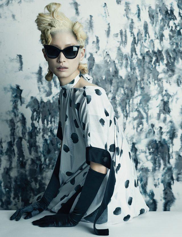 (작품) 핍립 코네(Philippe Cognée), 'Foule', 2006, 나무판과 캔버스 위에 안료밀납, 150×150cm. (의상) 추상적인 패턴의 홀터넥 드레스는 1백1만원대로 Eudon Choi, 레트로 무드의 캐츠아이 선글라스는 Chanel 제품.