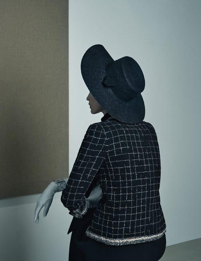 (작품) 윤형근, '태운 암갈색과 군청색의 블루(Burnt Umber & Ultramarine Blue)', 2000-2002, 리넨에 유채, 146×227.5cm. (의상) 클래식한 트위드 재킷, 메탈 소재의 볼드한 뱅글은 모두 Chanel, 드레스는 Dior, 리본 디테일의 파나마 모자는 37만원으로 Helen Kaminski, 화보에 계속 등장하는 장갑은 모두 에디터 소장품.