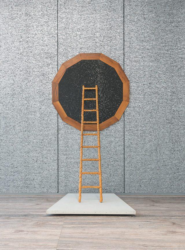 밀라노 폰다지오네 프라다에서 있었던 전시 중 'Claudio Parmiggiani La Salita Della Memoria', 1976, 나무 액자, 사진 캔버스, 빵, 흰 캔버스