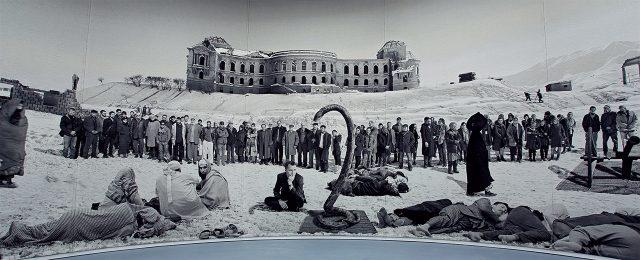 '그것이 바로 그것이고 아닌 것은 아닌 것 1 (Of what is, that it is; of what is not, that it is not 1)', 2012, 울 태피스트리, 520×1740cm2012년 카셀의 프레데리치아눔 박물관에서 있었던 도큐멘타 (13) 설치 전경Photo by Roman März. Courtesy Goshka Macuga