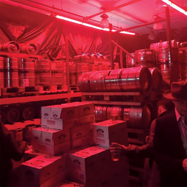 알렉산더 왕 쇼장 앞에 쌓여 있던 페로니 맥주 통들