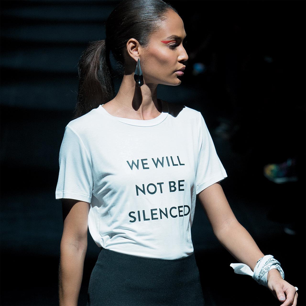 페미니즘적 문구를 담은 티셔츠로 피날레를 장식한 프루발 구룽