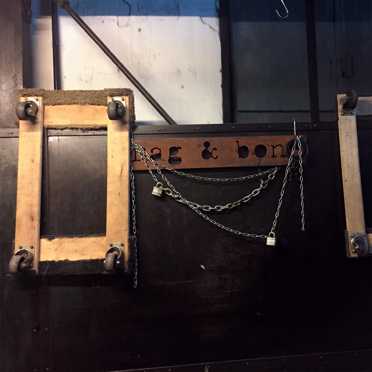 경비 아저씨의 작은 사무실이였던 래그 앤 본 쇼룸의 엘리베이터