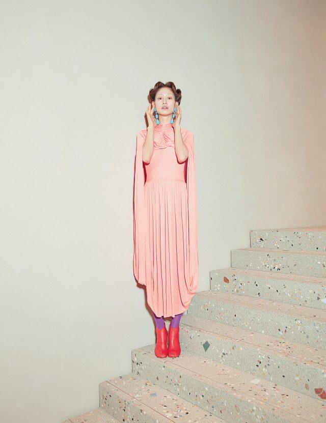 케이프를 두른 듯한 구조의 드레이프 드레스는 가격 미정, 앵클부츠는 1백55만원, 화보에 계속 등장하는 물방울을 연상케 하는 드롭 귀고리는 가격 미정으로 모두 Céline, 화보에 계속 등장하는 컬러 레깅스는 에디터 소장품.