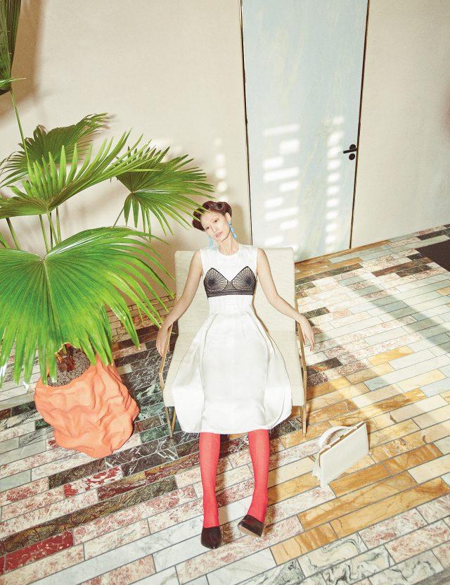브라 톱을 입은 듯 유니크한 디테일의 새틴 소재 드레스는 가격 미정, 구조적인 커팅 힐의 뮬은 1백10만원, 카프 스킨 토트백은 4백65만원으로 모두 Céline 제품.