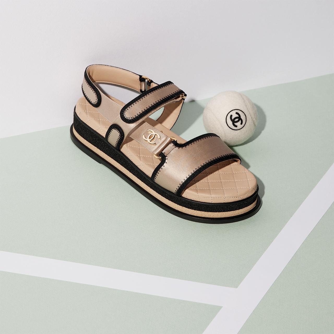 클래식한 디자인이 돋보이는 새틴 소재의 샌들, 테니스 볼은 모두 가격 미정으로 Chanel