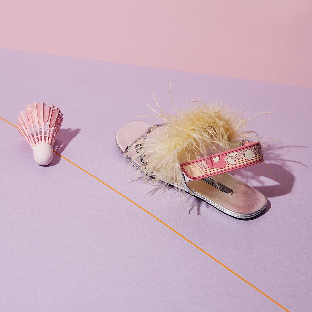 깃털 장식과 스포티한 스트랩이 포인트인 샌들은 가격 미정으로 Prada