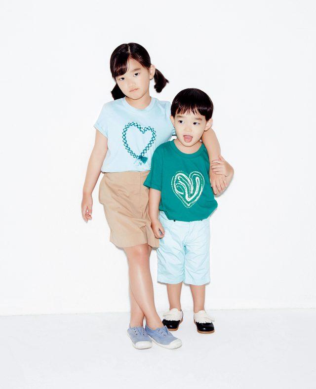 '하트 포 아이' 키즈 티셔츠를 입은 소을과 다을.