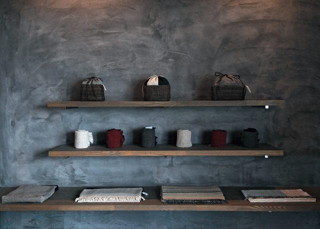 오래된 벽의 나무 선반에 정갈하게 진열된 패브릭 제품들