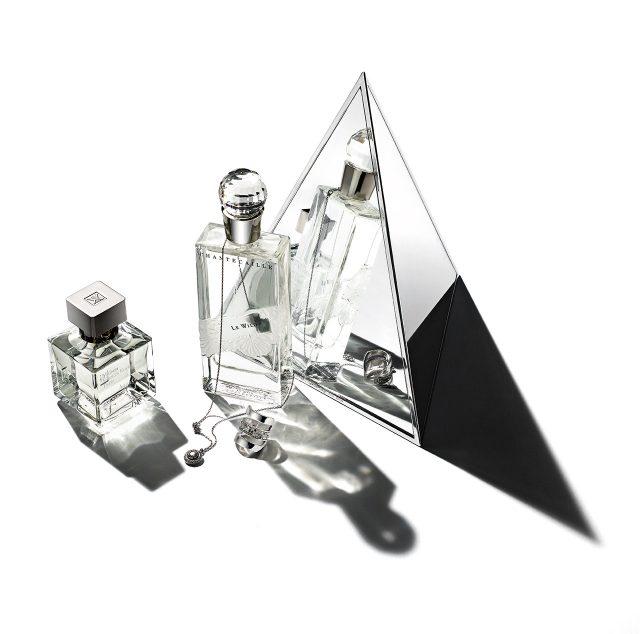 (왼쪽부터) Maison Francis Kurkdjian아쿠아 셀레스티아 19만8천원 / Chantecaille르 와일드 75ml, 28만5천원 목걸이와 반지는 모두 Tani by Minetani 제품.