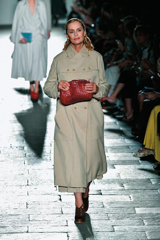 젊은 모델들 사이에서도 빛나는 로렌 허튼의 아름다움