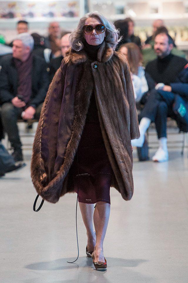 15세에 데뷔한 모델 카르멘 델로피체는 지난 2월 86세의 나이로 초 페이(Cho Pei)의 쿠튀르 컬렉션과 베트멍 런웨이에 등장했다