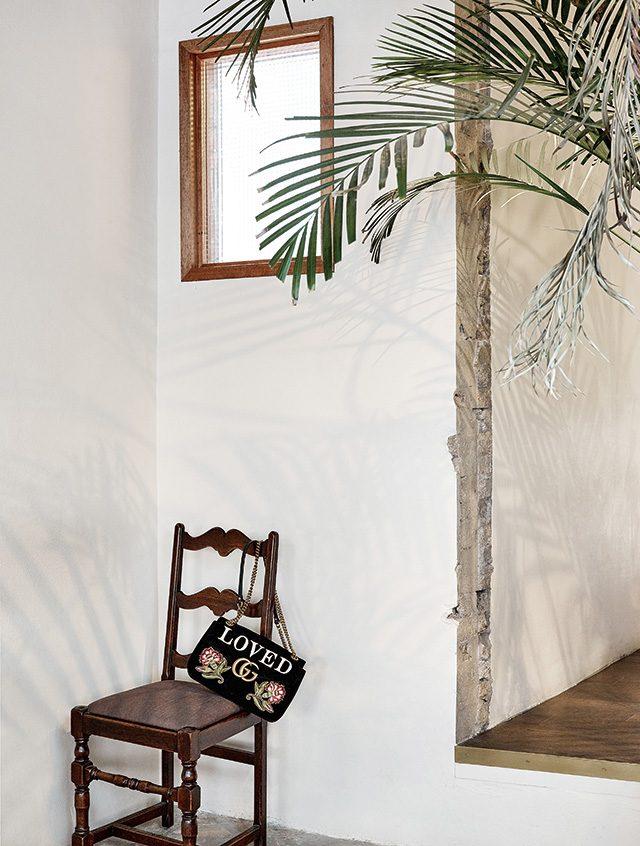 진주로 만든 'LOVED' 레터링 장식의 벨벳 체인 백은 3백68만원으로 Gucci 제품.