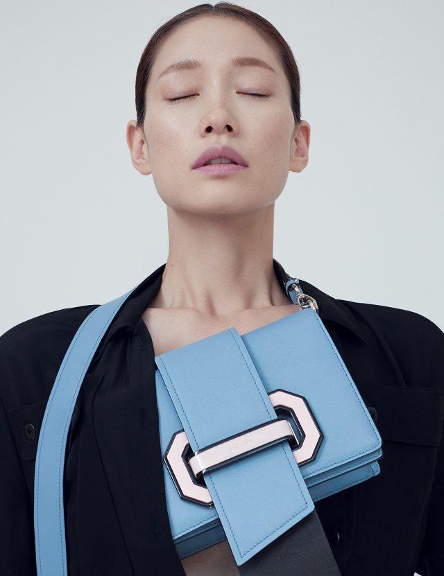롱 셔츠 원피스는 가격 미정으로 Bottega Veneta, 스트랩 장식의 미니 백은 2백78만원으로 Prada 제품.
