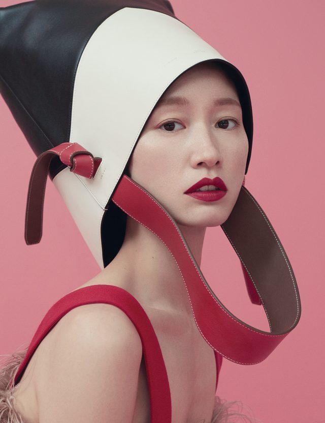 매듭 디테일의 컬러 블로킹 백은 2백만원대로 Céline, 깃털 장식 톱은 가격 미정으로 Prada 제품.