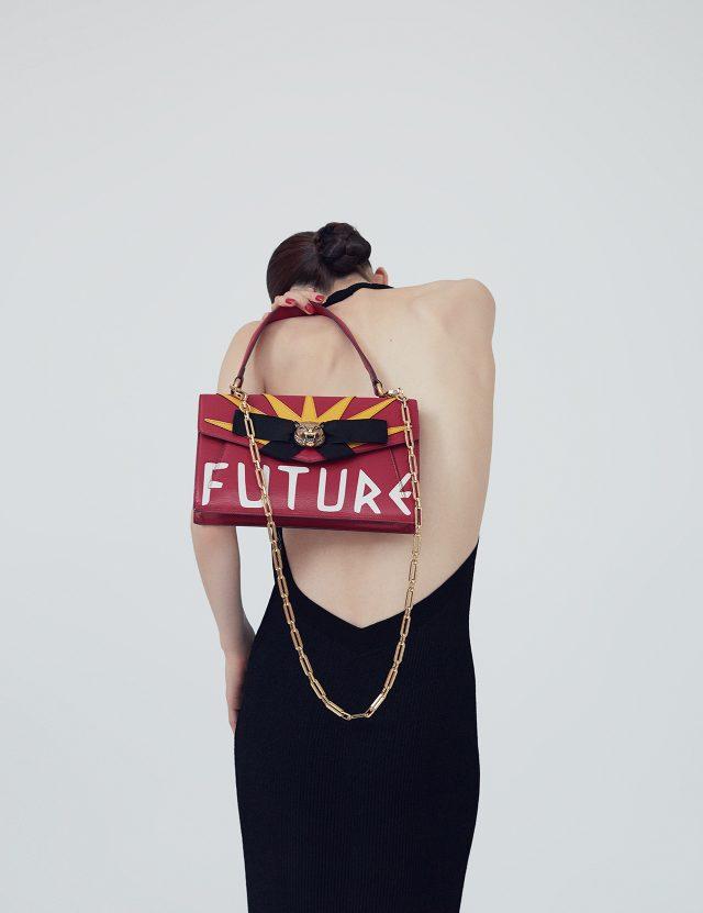 베어백 니트 드레스는 가격 미정으로 Chanel, 펑키한 레터링 백은 3백69만원으로 Gucci 제품.