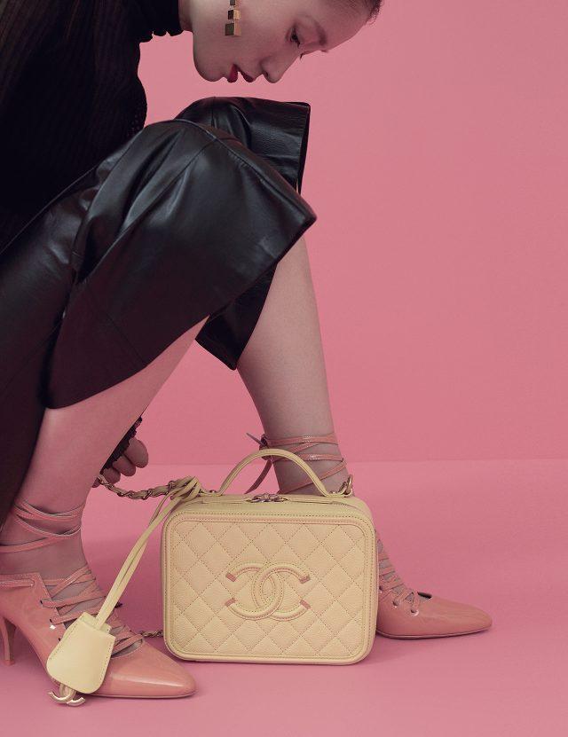 니트 터틀넥 톱과 브라 톱은 모두 Bottega Veneta, 가죽 팬츠는 Céline, 레이스업 슈즈는 Givenchy by Riccardo Tisci, 레몬 컬러의 스퀘어 체인 백은 Chanel 제품. 모두 가격 미정.