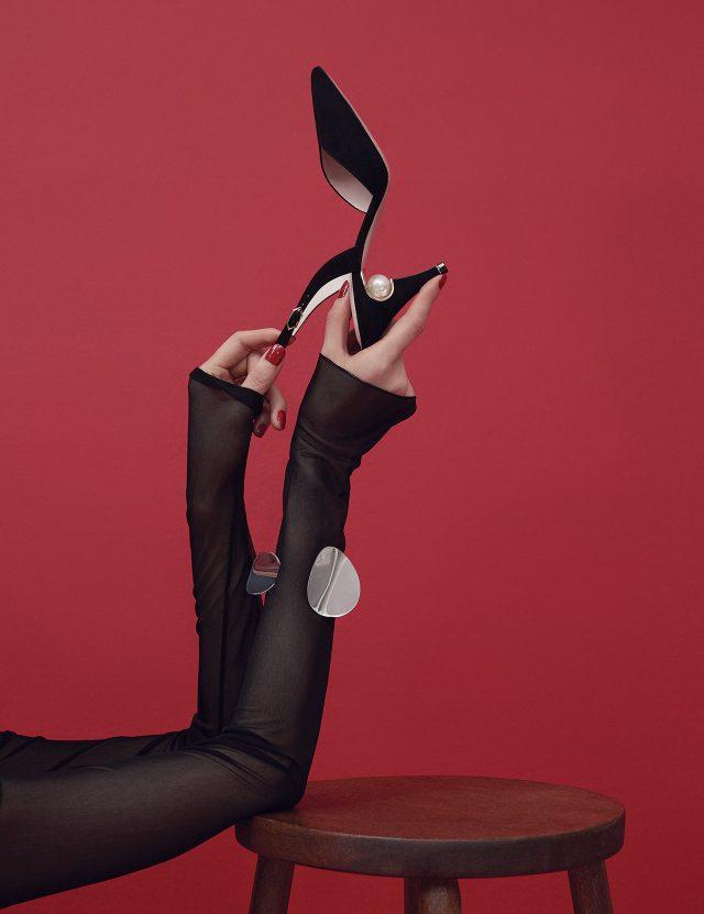 시스루 니트 드레스는 2백90만원으로 Emilio Pucci, 메탈 뱅글은 85만원으로 Céline, 굽에 진주가 장식된 스웨이드 소재의 슬링백 샌들은 1백3만원으로 Nicholas Kirkwood by BOONTHESHOP 제품.