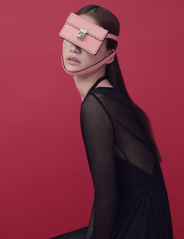 시스루 롱 드레스는 2백90만원으로 Emilio Pucci, 벨트 스트랩 미니 백은 1백23만원으로 Valentino 제품.