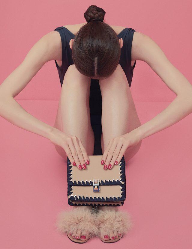 원피스 수영복은 12만8천원으로 Recto, 리본 장식 백은 2백67만원으로 Fendi, 깃털 슬리퍼는 89만원으로 Alexander Wang by My Boon 제품.