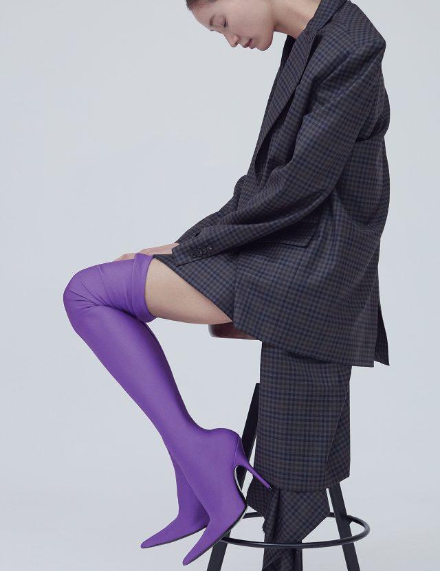 파워 숄더 재킷은 2백90만원대, 컷아웃 스커트는 1백20만원대, 스판덱스 사이하이 부츠는 가격 미정으로 모두 Balenciaga 제품.