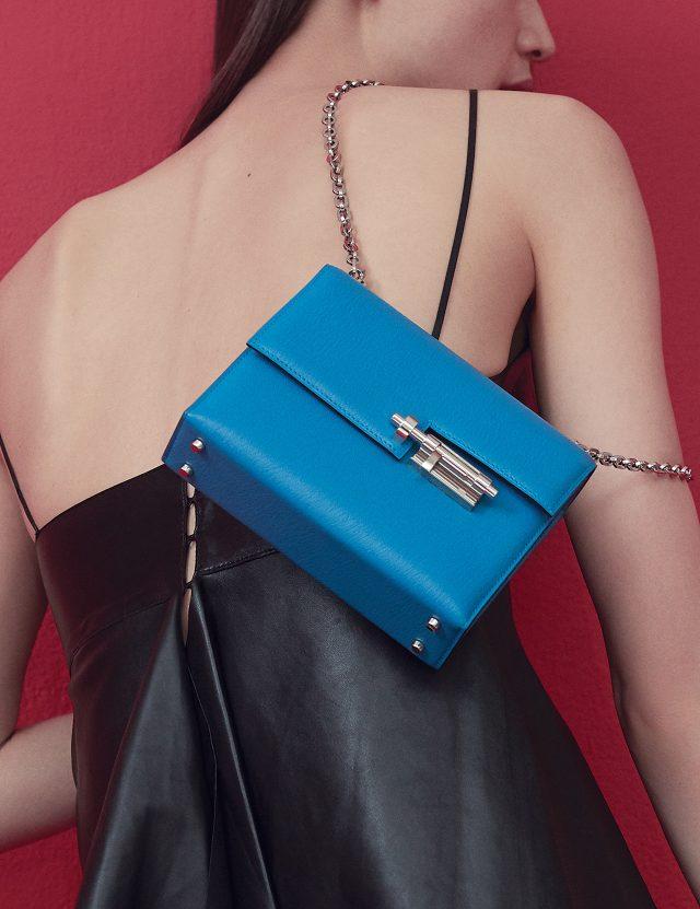 가죽 슬립 톱은 3백4만원으로 Valentino, 스틸 클러치 장식의 체인 백은 가격 미정으로 Hermès 제품.