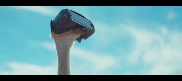 언팩 2017의 영상 중 가장 큰 환호를 받았던 '타조'. 기어 VR로 하늘을 처음 본 타조는 결국 날아오르고 만다