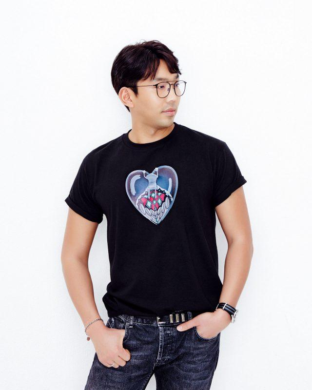 자신이 디자인한 티셔츠를 입은 함도하 작가