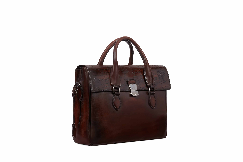 빈티지한 워싱이 가미된 서류 가방은 4백만원대로 Berluti 제품.