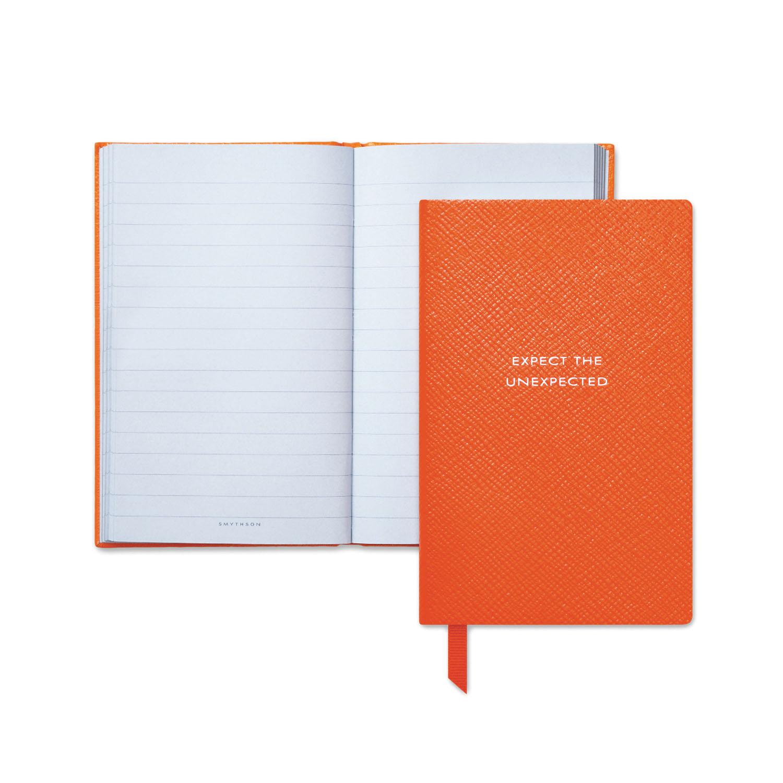 오렌지 색 가죽 커버로 완성된 노트는 7만원으로 Smythson 제품.