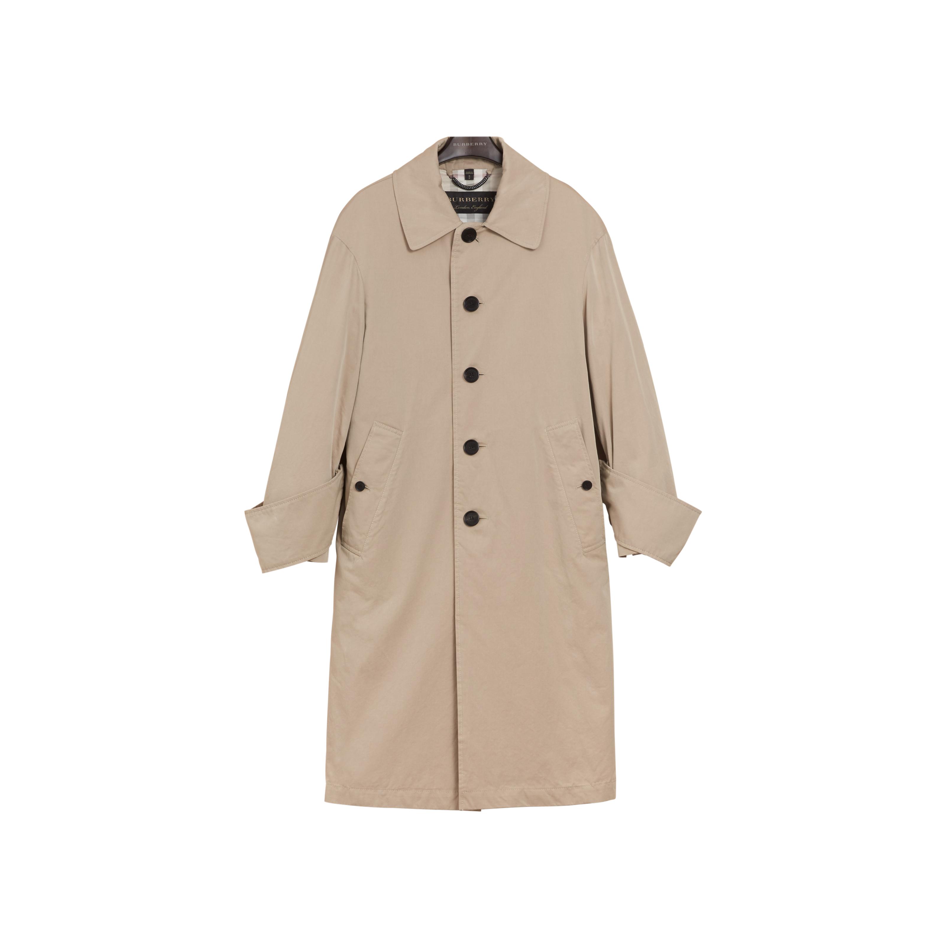 클래식한 디자인의 트렌치 코트는 2백만원대로 Burberry 제품.