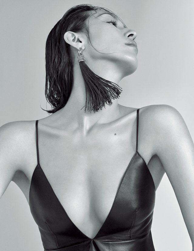 가슴선이 깊게 파인 가죽 톱은 3백4만원으로 Valentino, 롱 태슬 귀고리는 80만원대로 Saint Laurent by Anthony Vaccarello 제품.