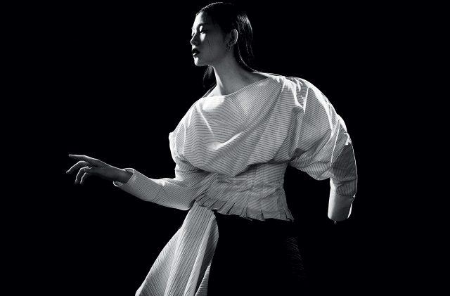 구조적인 실루엣의 스트라이프 셔츠는 59만원으로 Jacquemus by BOONTHESHOP, 언밸런스 헴라인의 플리츠 스커트는 Proenza Schouler, 원형 귀고리는 Dior 제품.