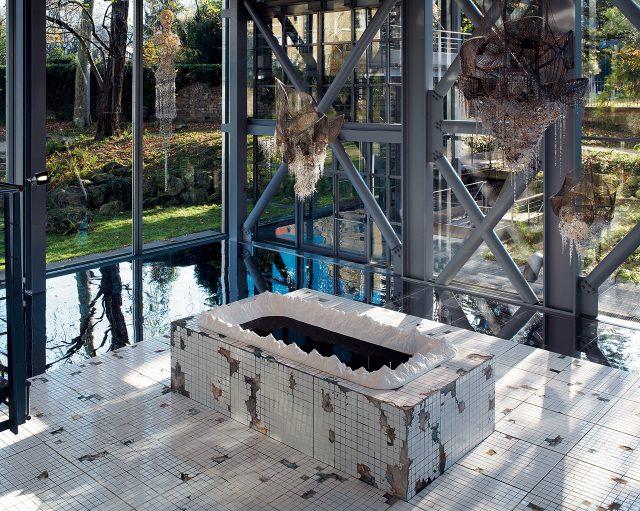 이불(Lee Bul), '천지(Heaven and Earth)', 2007, 파이버글라스, 석고, 타일, 플라스틱, 칠, 잉크, 합판, 모르타르, 128×768×768cm, 작가 소장
