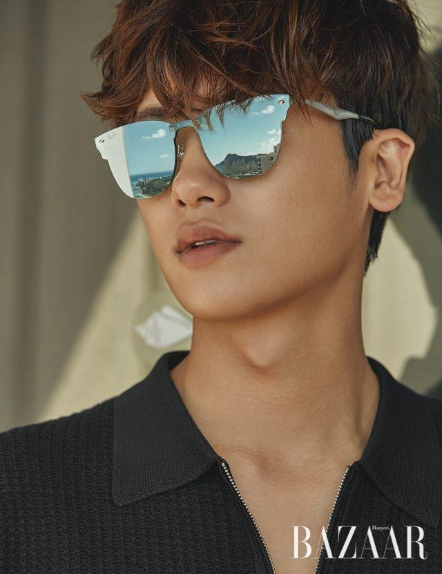 플랫 미러 렌즈의 선글라스는 Ray-Ban by Luxottica Korea, 니트 톱은 Sandro 제품.