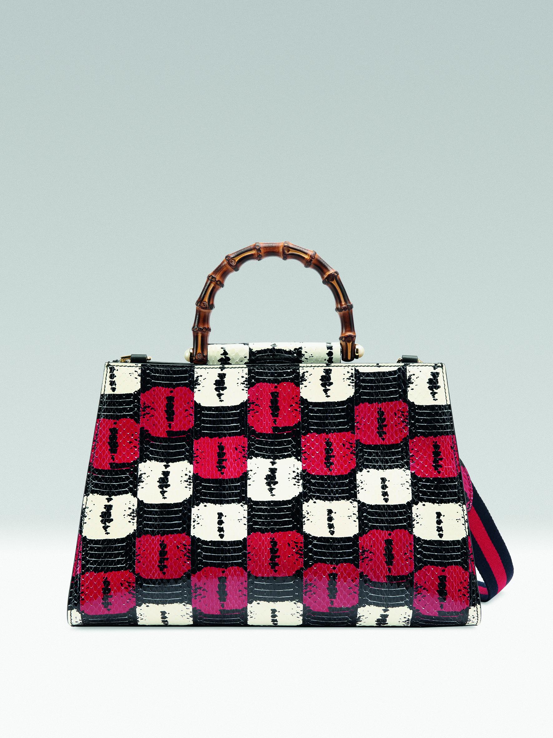 생동감 넘치는 패턴과 컬러가 믹스된 토트백은 6백64만원으로 Gucci 제품.