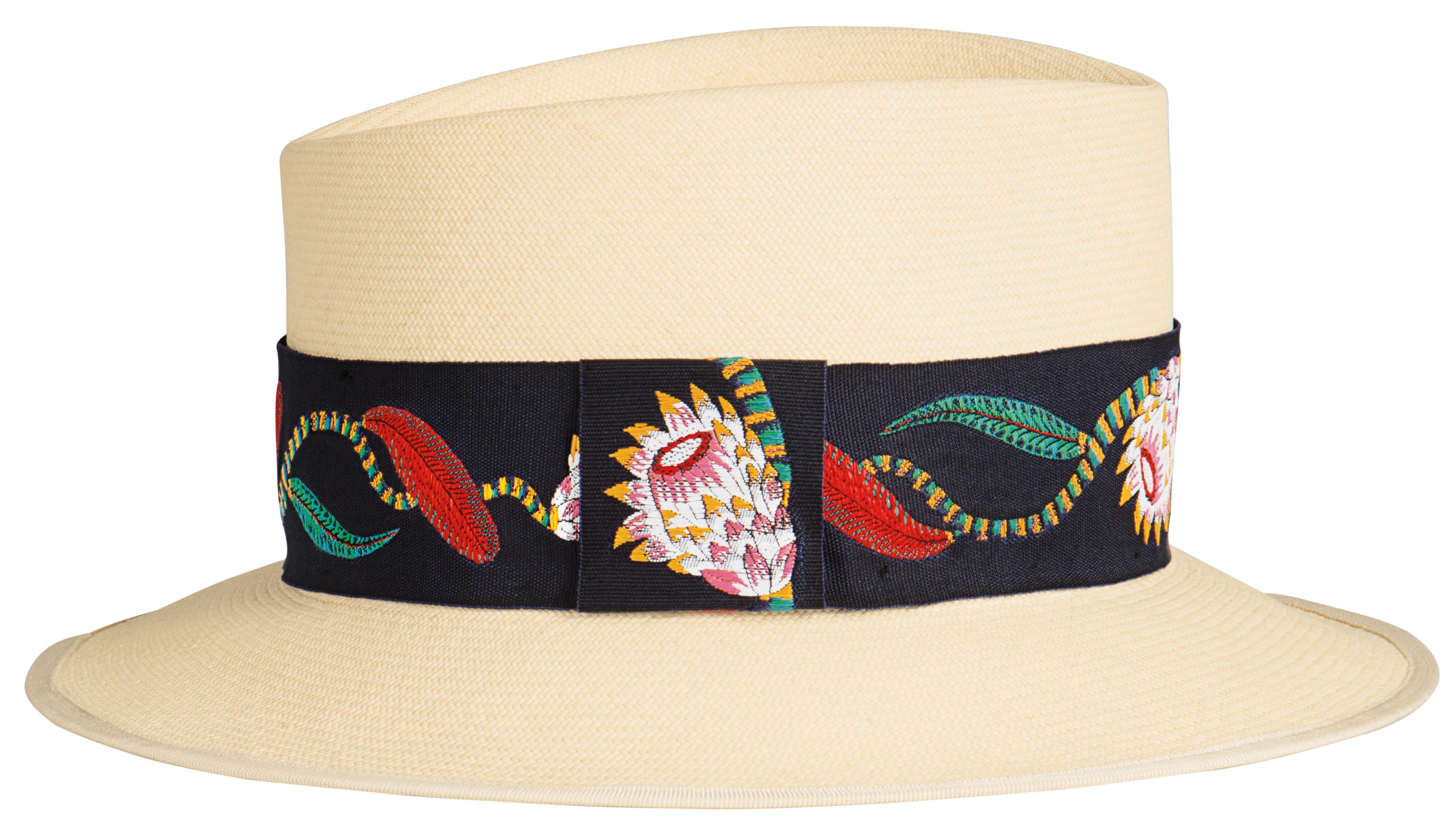 이국적인 리본 장식이 더해진 라피아 모자는 1백만원대로 Hermes 제품.