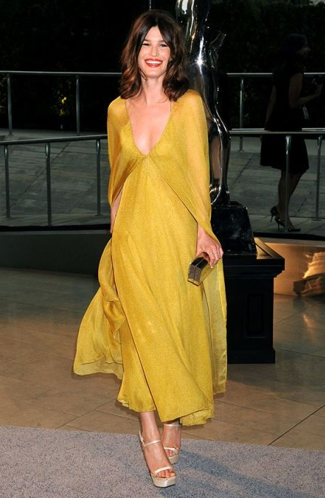 모델이자 패션 블로거인 하넬리 무스타파타가 입은 드레스는 캘빈 클라인