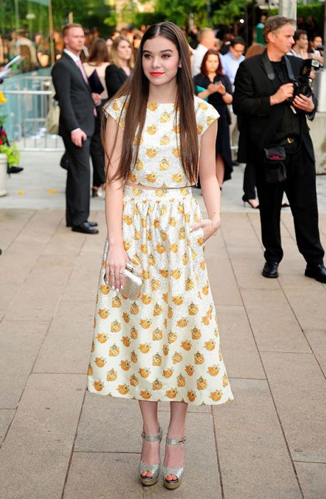 옐로 패턴 드레스를 입은 헤일리 스테인펠드
